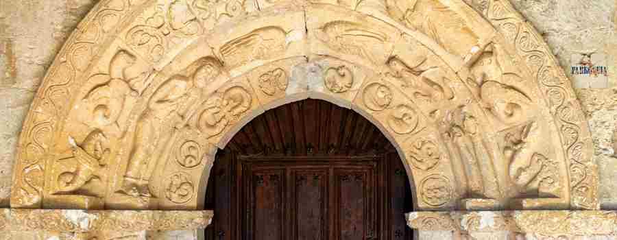 Almendres y su sorprendente portada románica